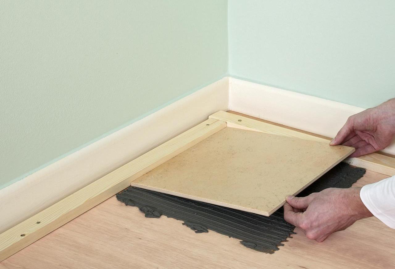 Как положить плитку на деревянный пол? можно ли класть кафельные плиточные покрытия на дерево, укладка на стяжку в деревянном доме, как правильно уложить
