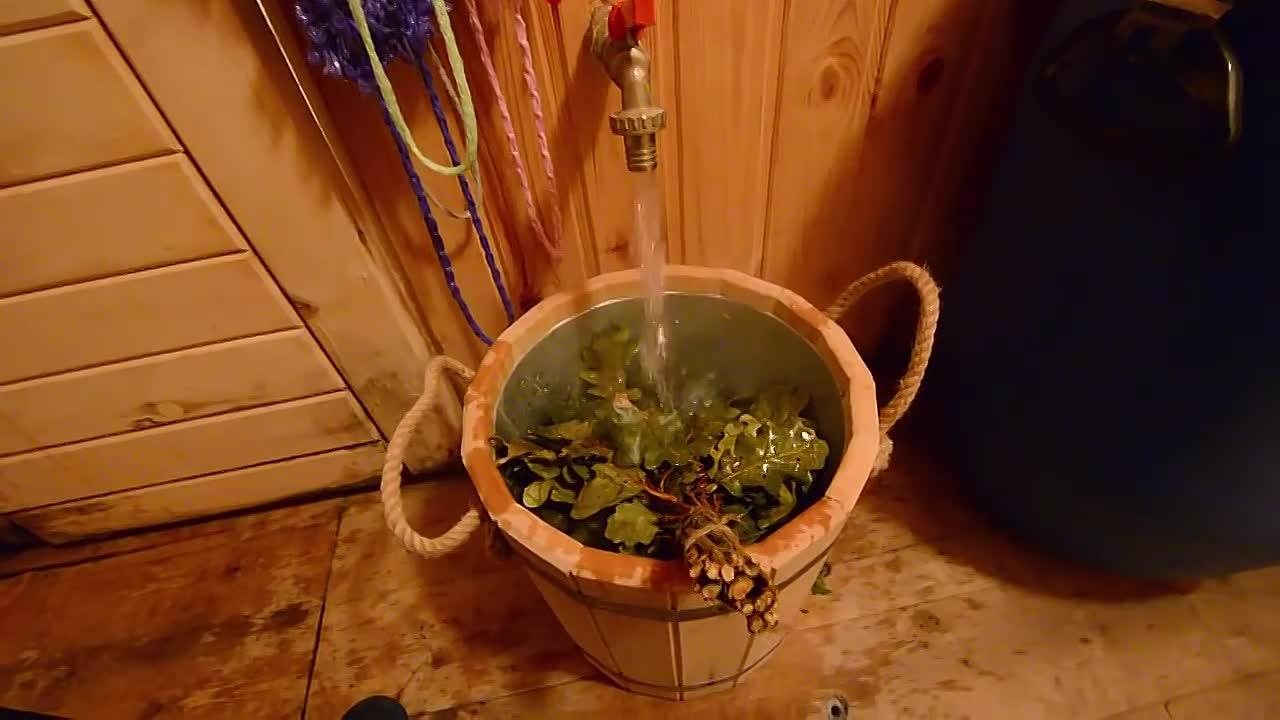 Как правильно запарить березовый веник для бани: запаривание, как замачивать банный веник, как заварить, фото и видео