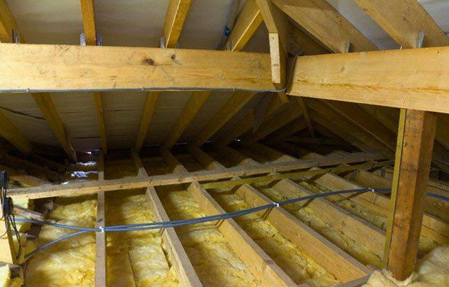 Утепление потолка бани природными материалами. преимущества и особенности монтажа