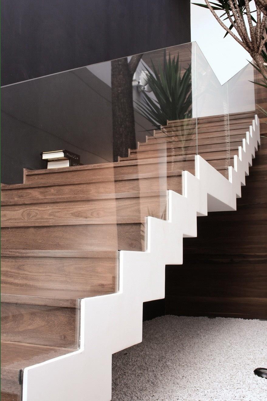 Лестница деревянная в интерьере – виды, расположение, дизайн