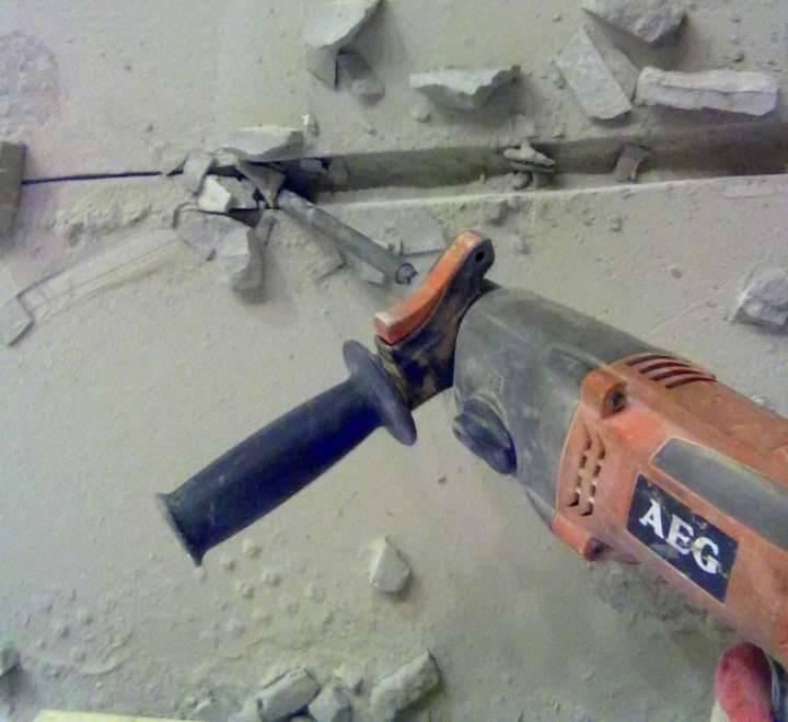 Как и чем штробить бетонные стены под проводку и трубы