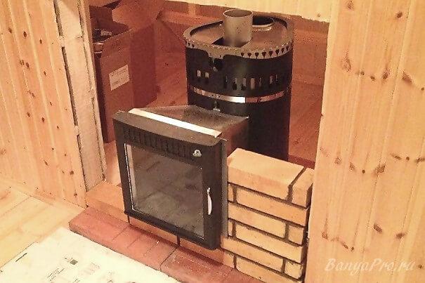 Кирпичная печь для бани с топкой из предбанника