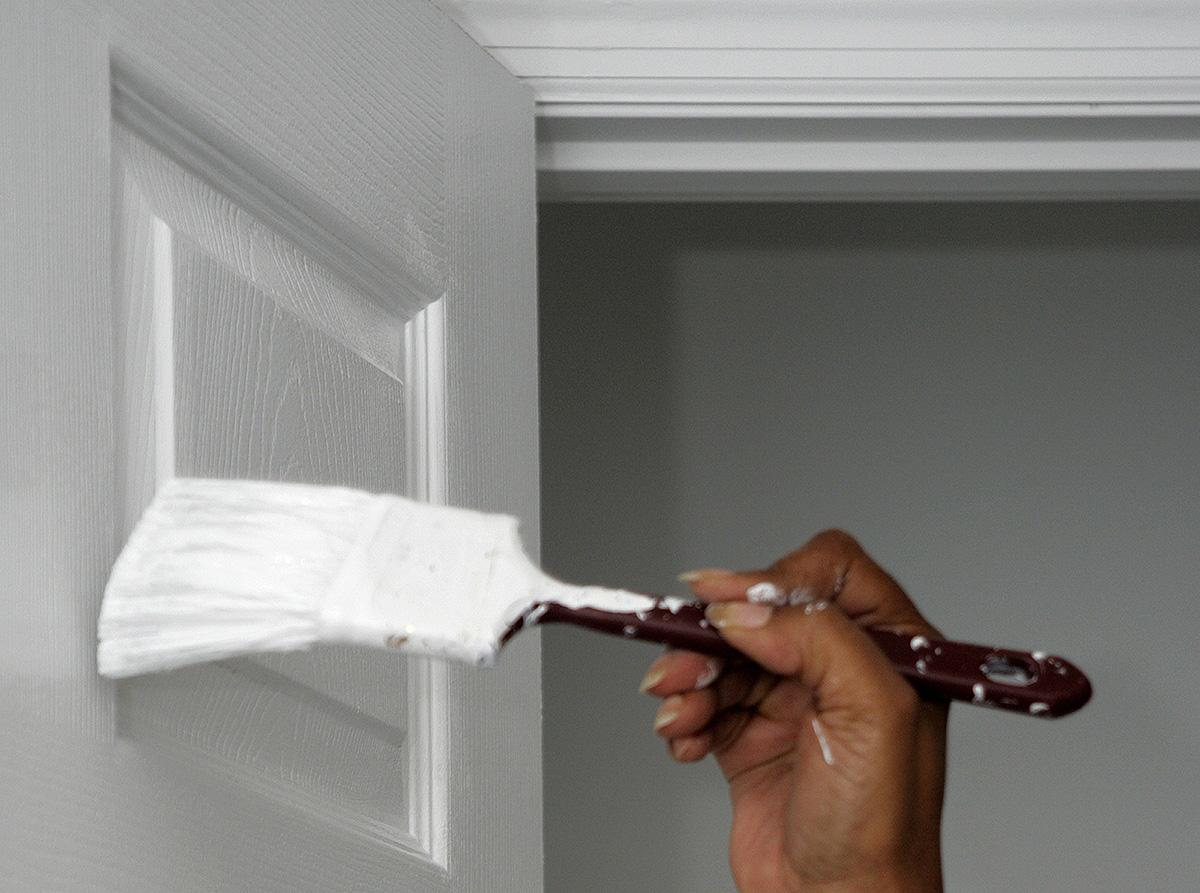 Как покрасить старую межкомнатную дверь под дерево своими руками: видео