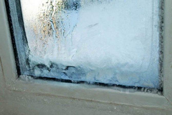 Почему потеют пластиковые окна в доме зимой и как избавиться от влаги