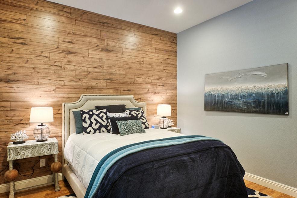 Ламинат на стенах гостиной – новая дизайнерская идея