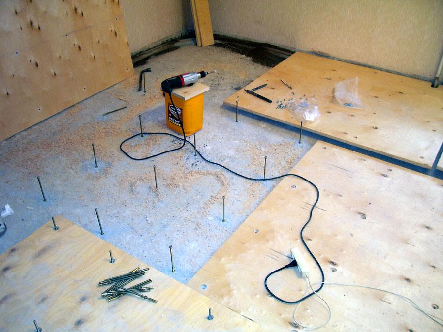 Укладка фанеры на бетонный пол: как стелить без лаг