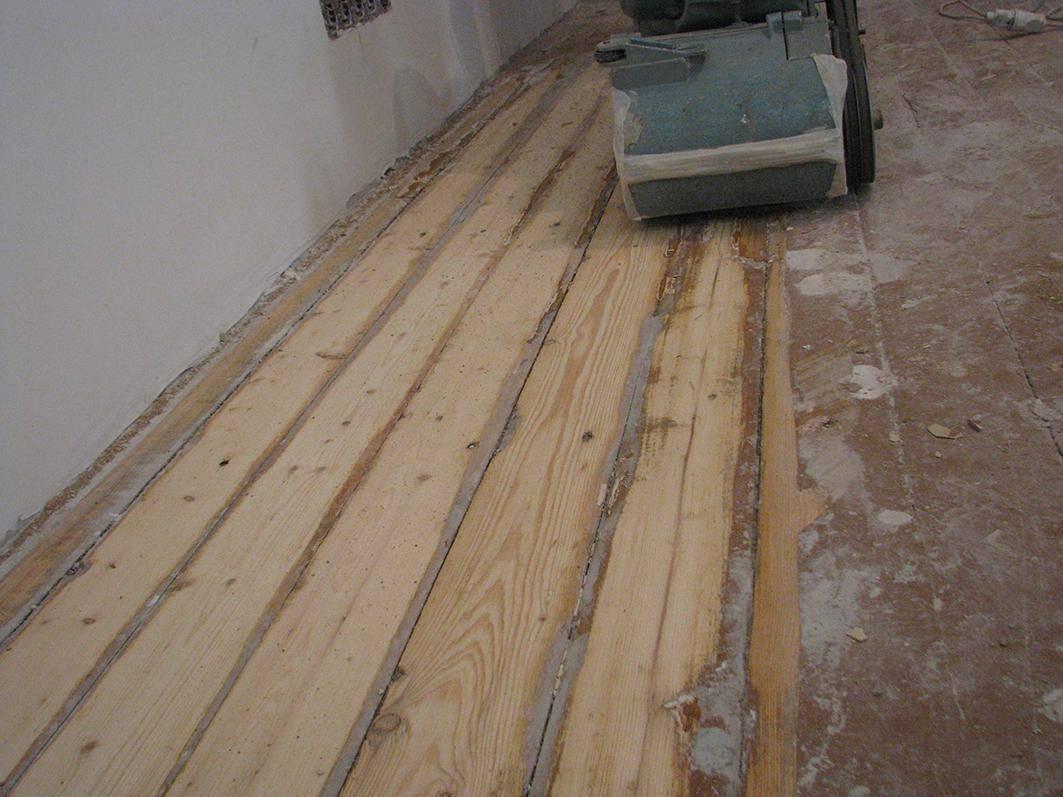Как выровнять деревянный пол не срывая доски: инструкция