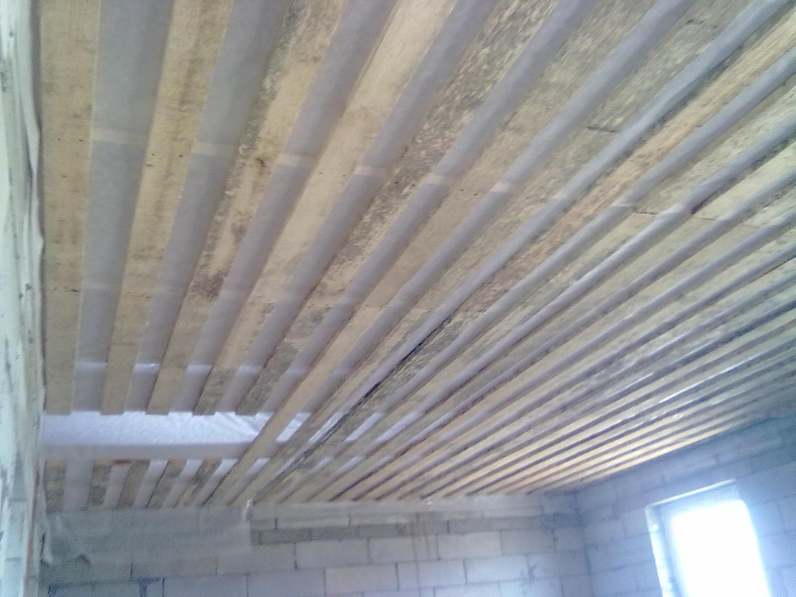 Черновой потолок по деревянным балкам подшивка в частном доме доской и установка