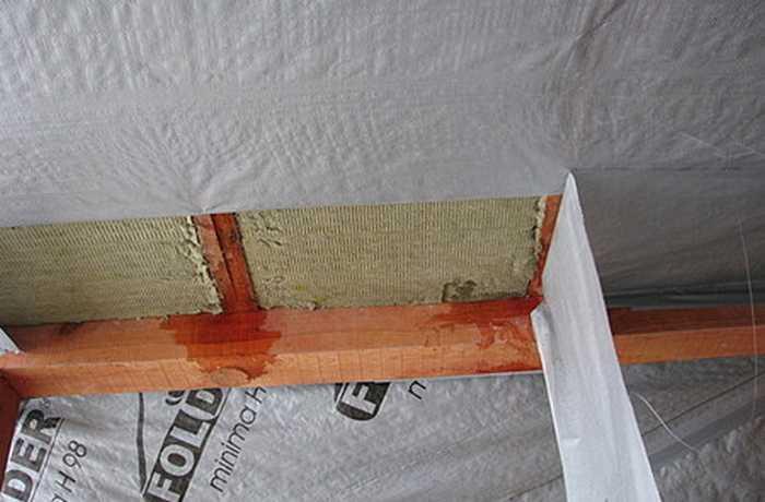 Как правильно стелить пароизоляцию на потолок?