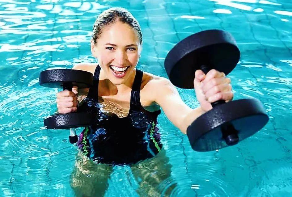 Упражнения по аквааэробике: польза для похудения и здоровья