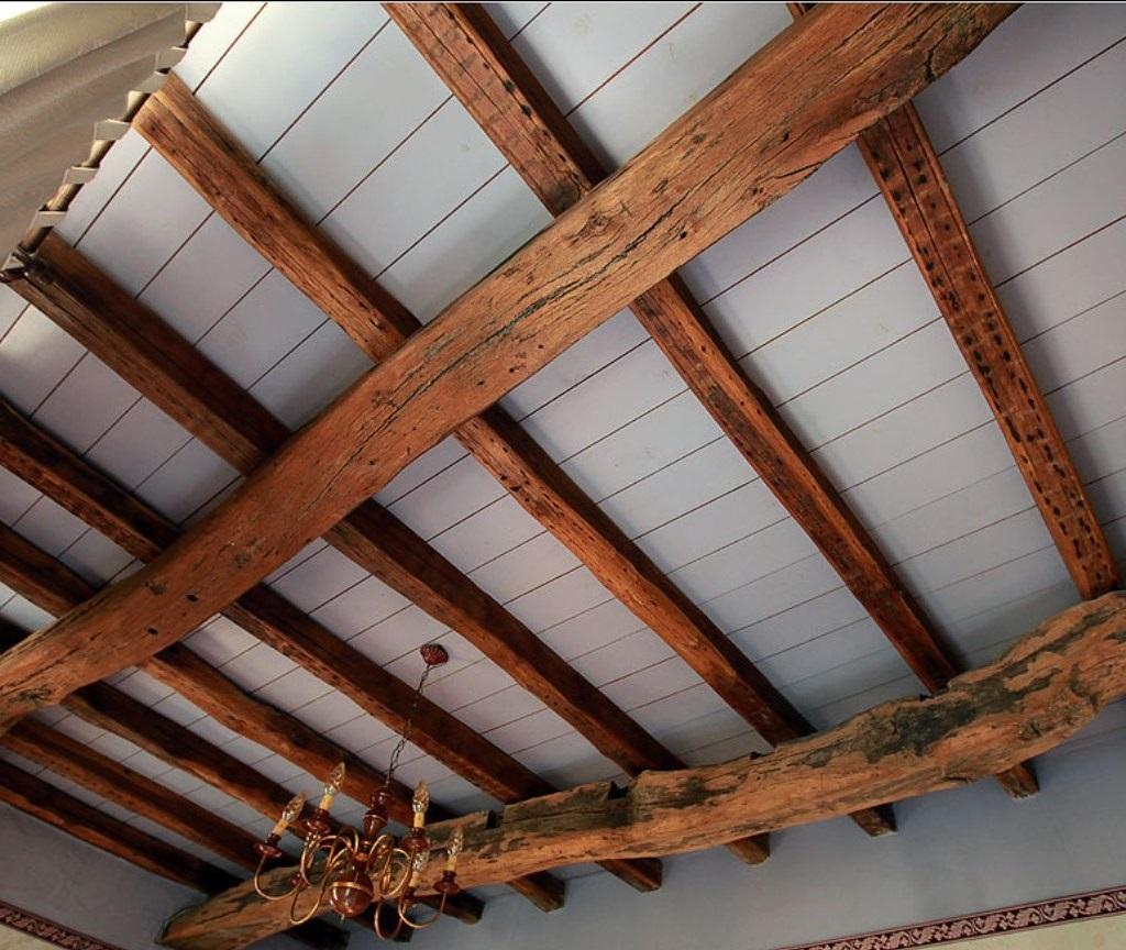 Как сделать черновой потолок по деревянным балкам