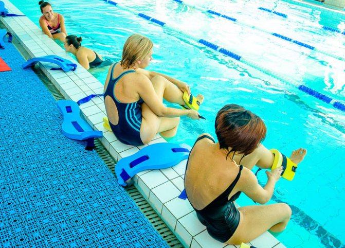 Упражнения для пресса в бассейне и другие нагрузки в комплексе аквааэробики: особенности выполнения в воде, какие делать, чтобы подтянуться и убрать живот