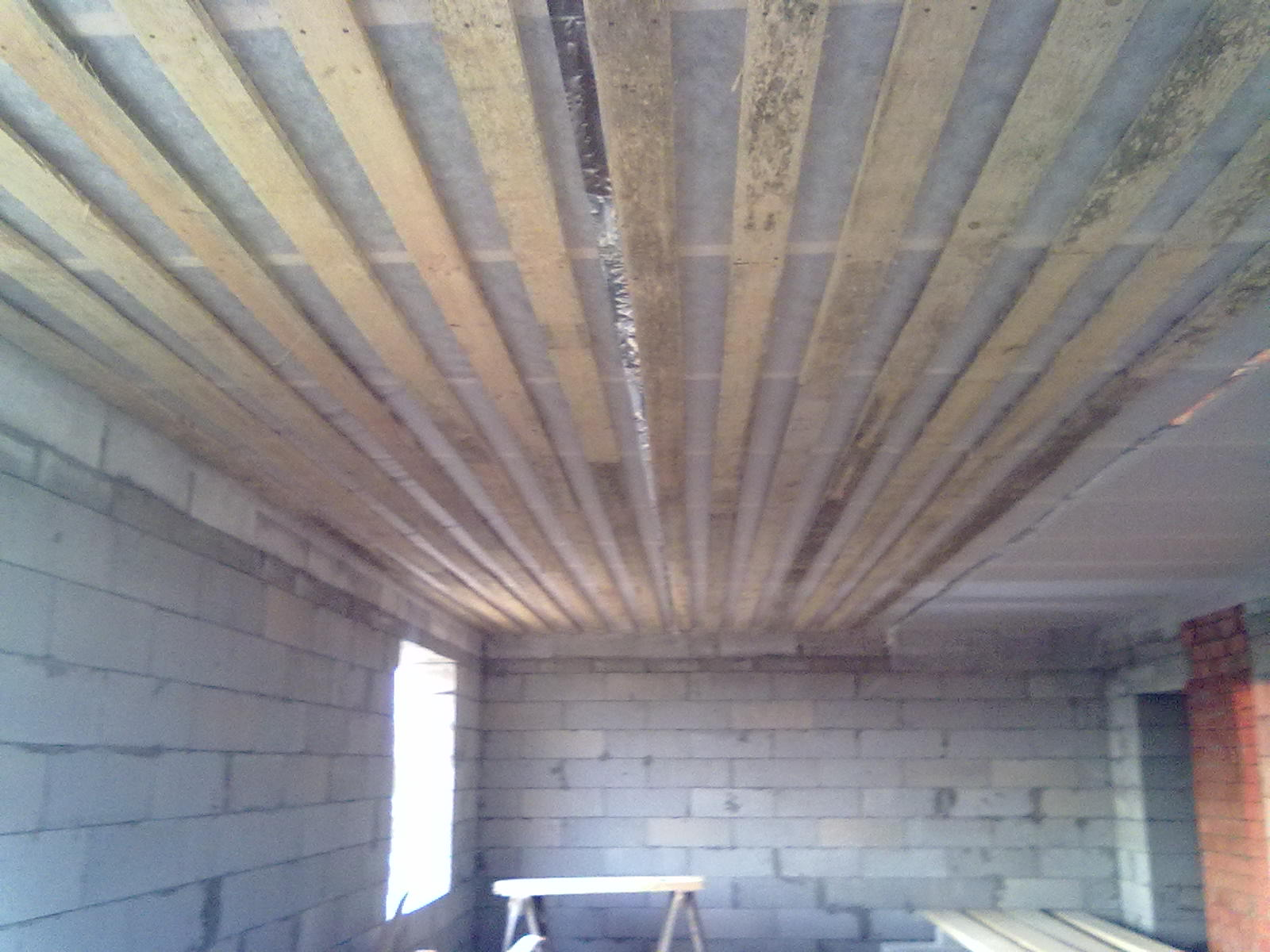 Потолок в деревянном доме - чем его лучше подшить?