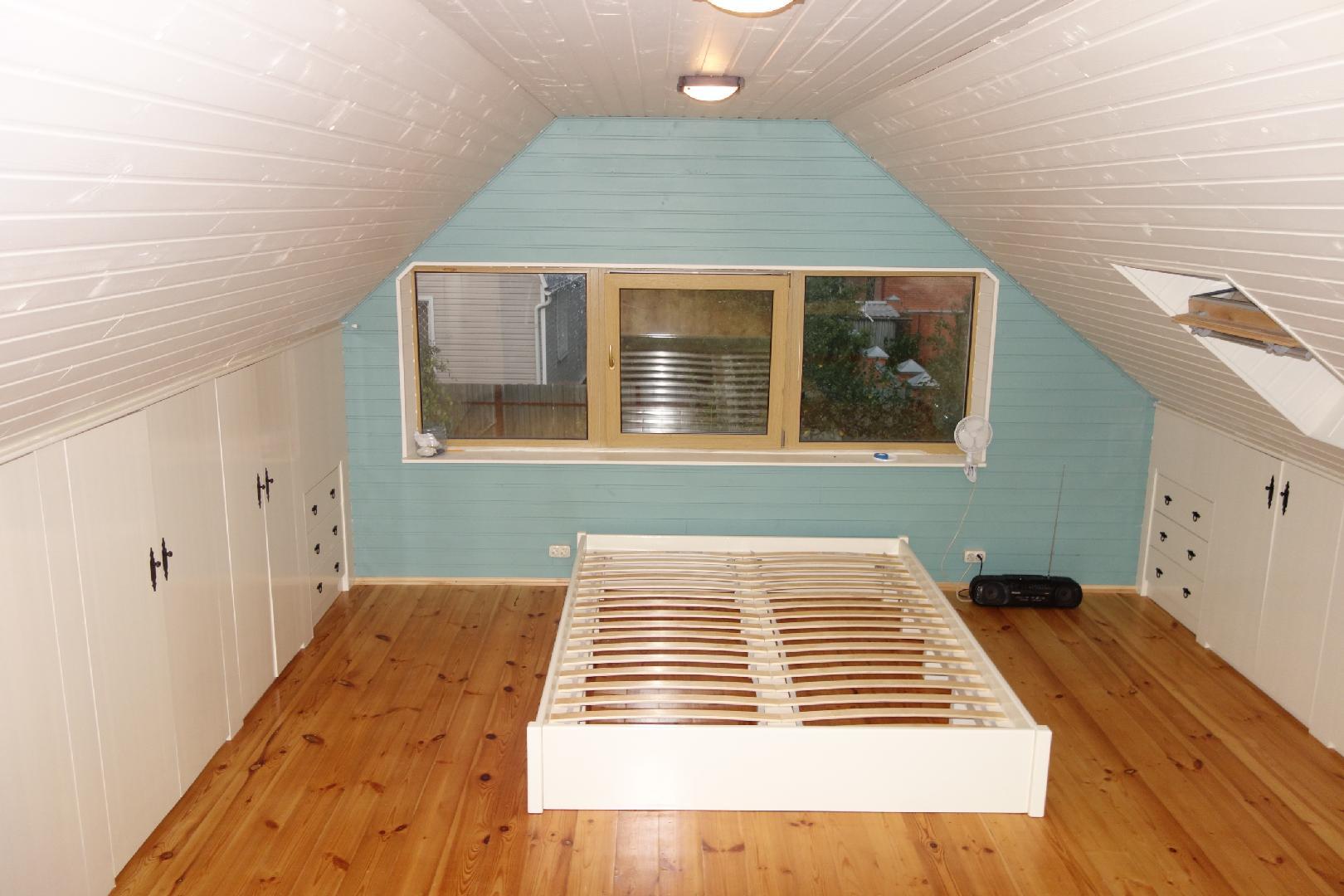 Мансардный этаж: преимущества и недостатки мансарды. особенности обустройства мансардного этажа. отделка стен и подбор мебели (фото + видео)