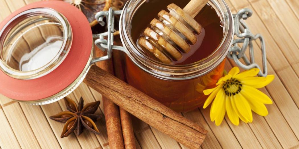 Полезные свойства меда с солью для бани. почему мед с солью нужно использовать в условиях бани?