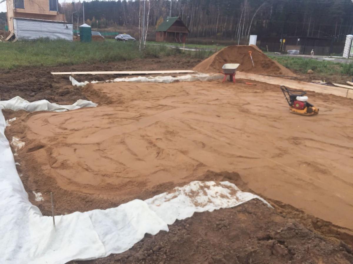 Какой песок лучше для подушки под фундамент речной или карьерный?