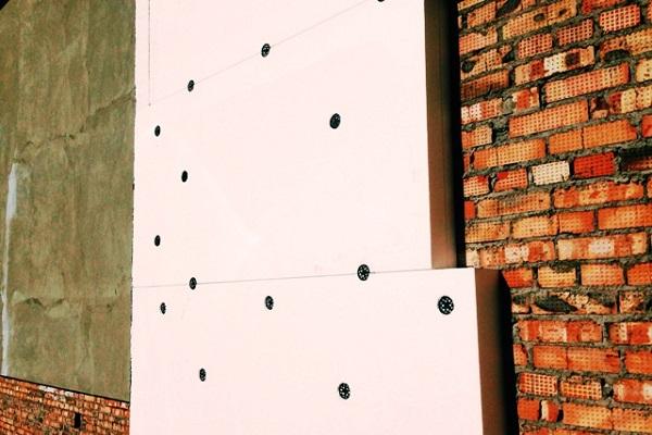 Как правильно крепить утеплители к стене?