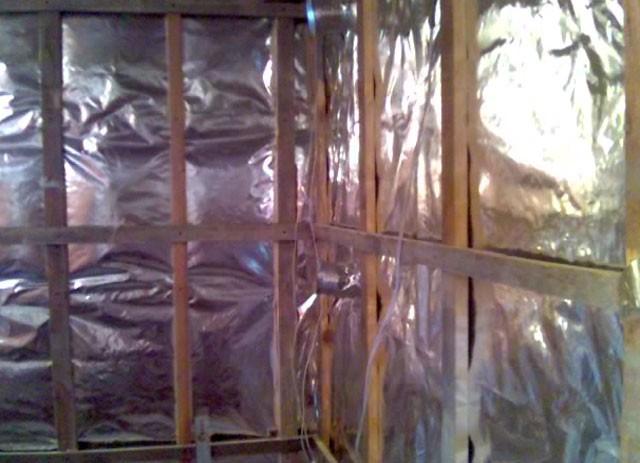 Эффективная блестящая изоляция стен бани