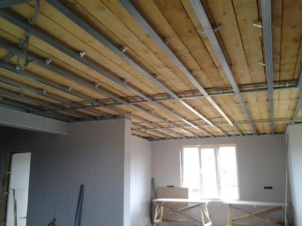 Черновой потолок из осб плит и отделка по деревянным балкам