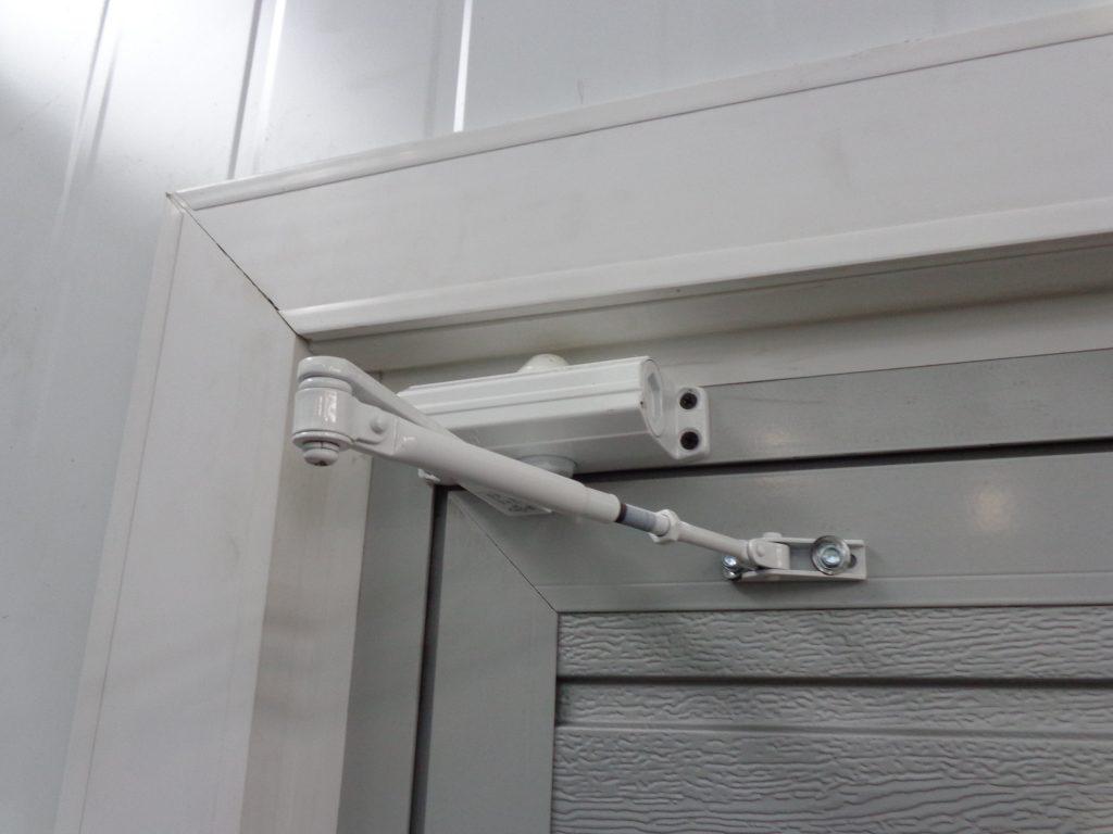 Регулировка доводчика двери своими руками: видео, как настроить по силе закрывания, чтобы дверь не хлопала