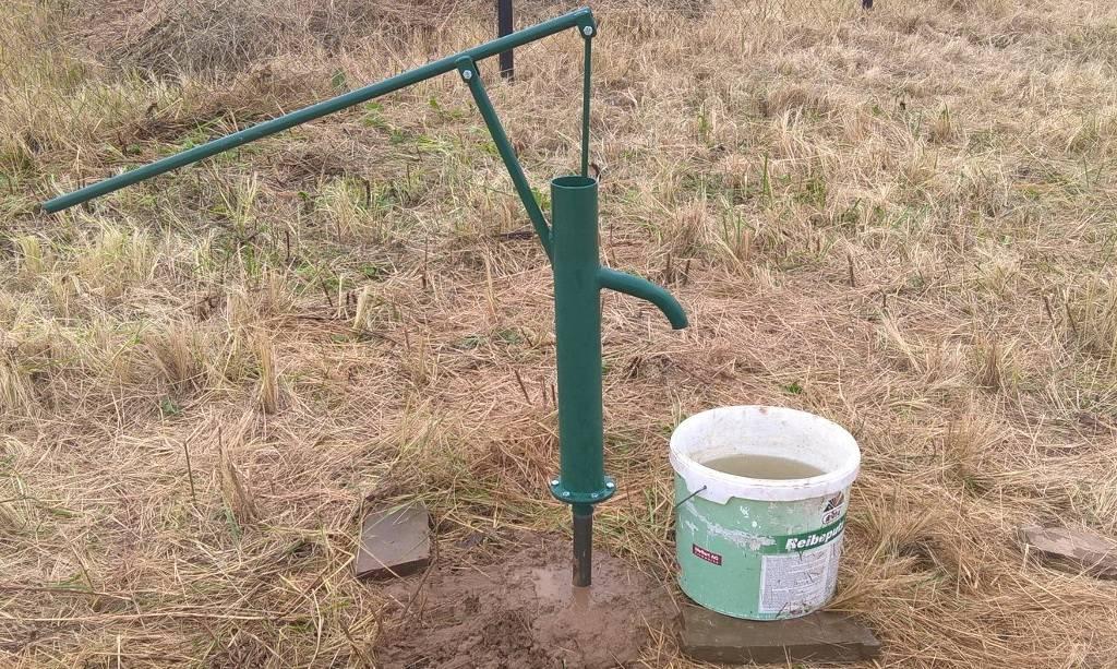 Скважина или колодец: что удобнее вырыть на дачном участке. преимущества и недостатки колодцев.