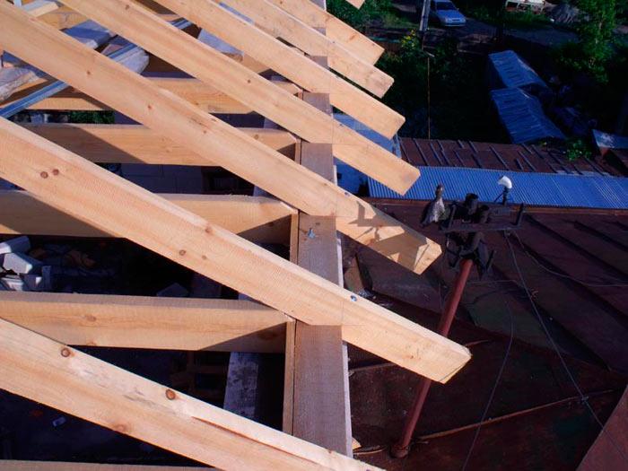 Крепление стропил к мауэрлату двухскатной крыши: узел опирания