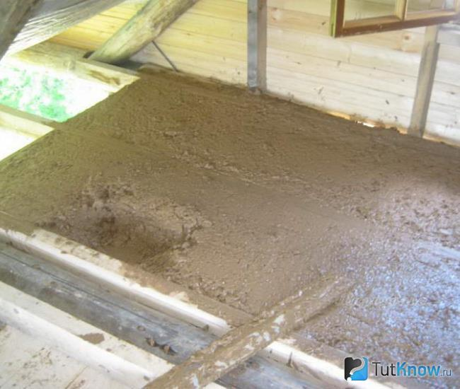 Утепление потолка опилками с глиной, цементом, известью и другими веществами