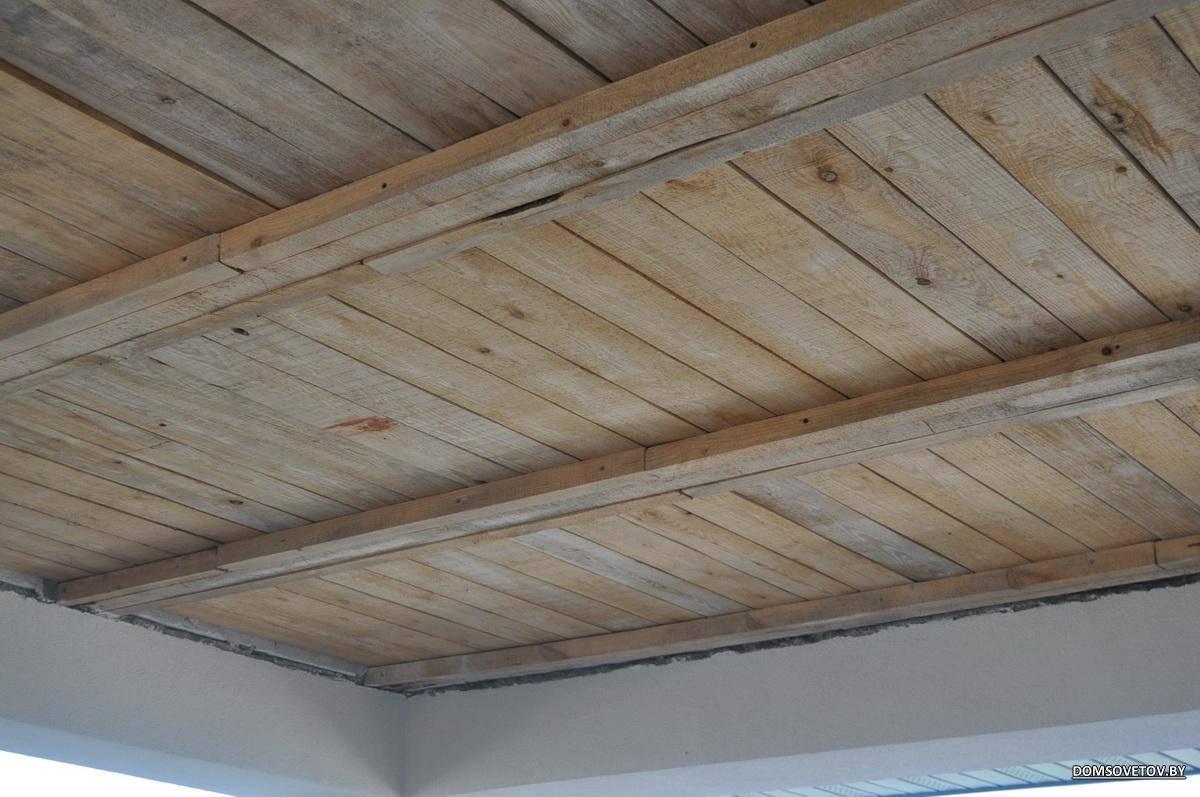 Подшивка чернового потолка по деревянным балкам в частном доме