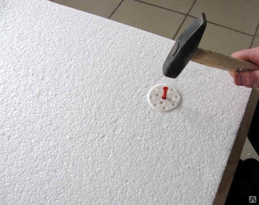 Технология крепления изолона к стене и вариации материала