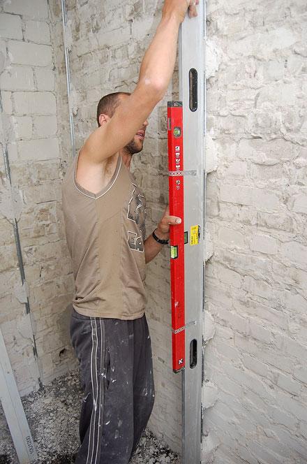 Процесс установки маяков для штукатурки стен